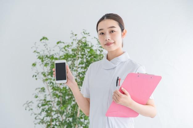 Enfermeira com smartphone