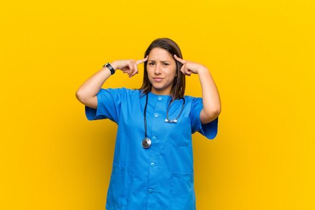 Enfermeira com uma expressão séria e concentrada