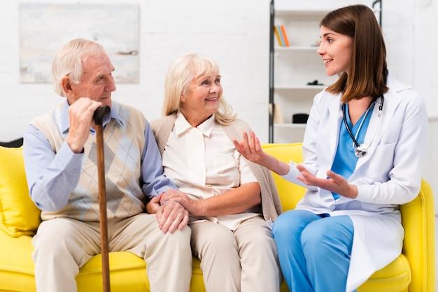 Enfermeira, conversa, homem velho, e, mulher