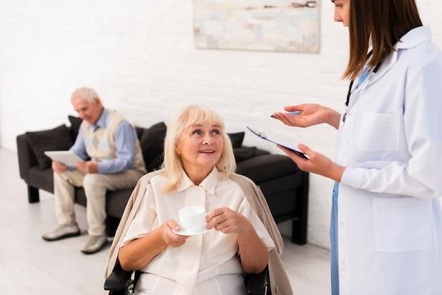 Enfermeira, conversa, mulher velha