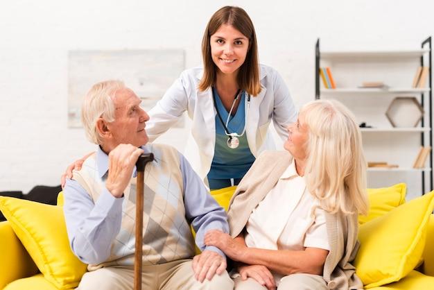 Enfermeira, cuidando, de, homem velho, e, mulher