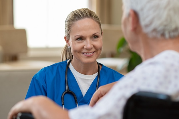 Enfermeira cuidar de paciente sênior