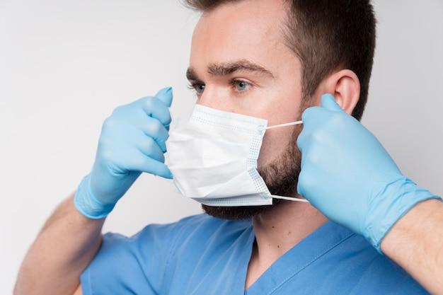 Enfermeira de close-up usando máscara cirúrgica