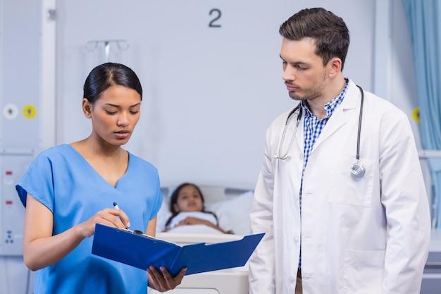 Enfermeira e médico discutindo sobre a área de transferência
