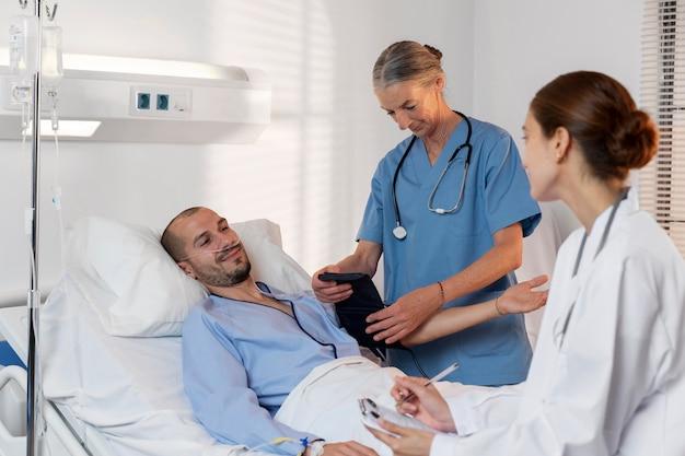 Enfermeira e médico no quarto do paciente