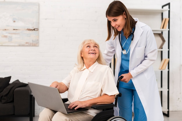 Enfermeira, e, mulher velha, verificar, um, laptop