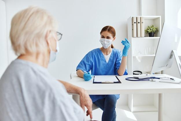 Enfermeira e paciente visitam cuidados de saúde no hospital
