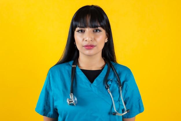 Enfermeira em fundo amarelo