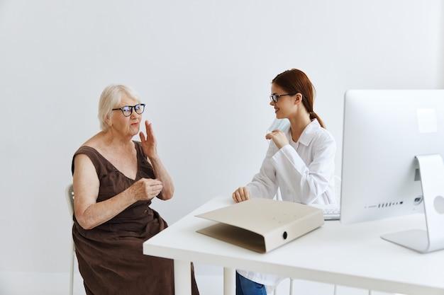 Enfermeira em jaleco branco exame paciente tratamento profissional