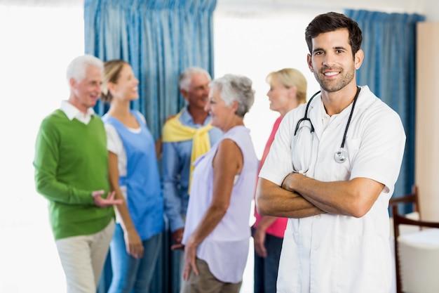 Enfermeira em pé com os braços cruzados