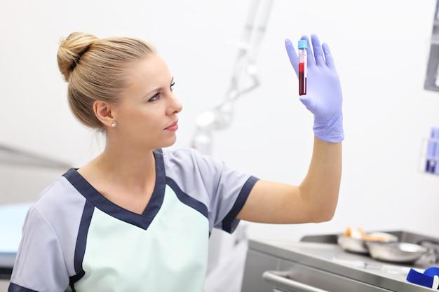 Enfermeira em pé no laboratório do hospital