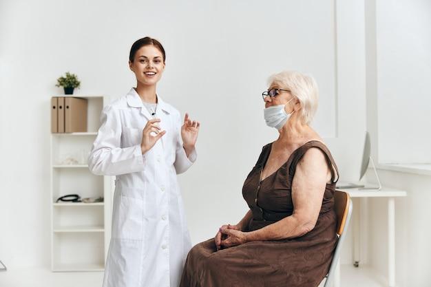 Enfermeira emocional e injeção de paciente no braço do hospital