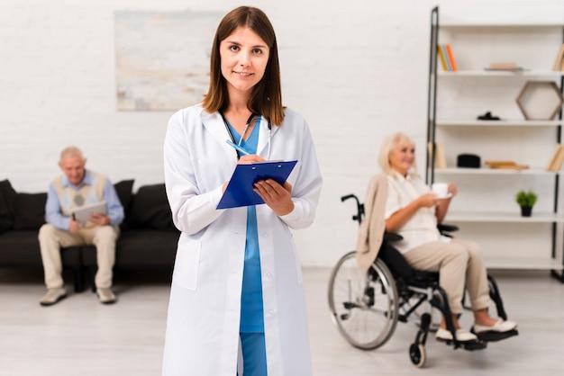 Enfermeira, escrita, ligado, dela, área de transferência, enquanto, olhando câmera