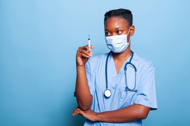 Enfermeira especialista afro-americana com máscara protetora contra cobiça