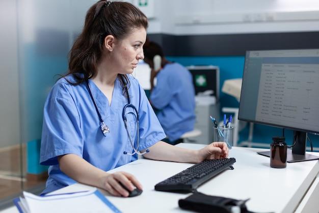 Enfermeira especialista farmacêutica analisando exame médico usando computador