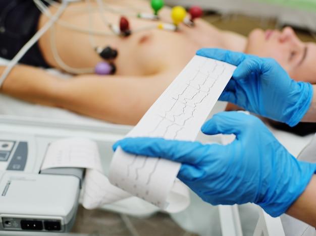 Enfermeira faz o cardiograma do paciente