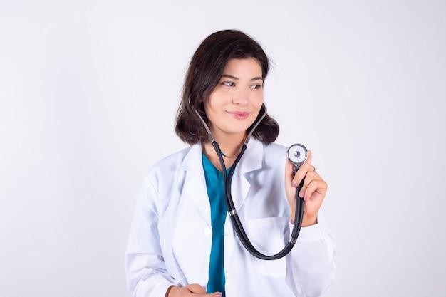 Enfermeira feliz em fundo branco