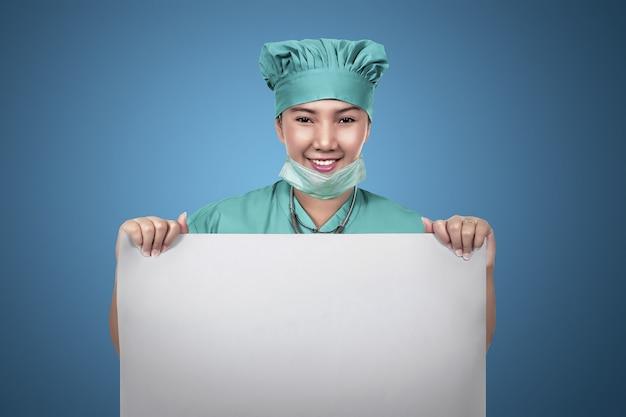 Enfermeira feminina asiática segurando papel vazio