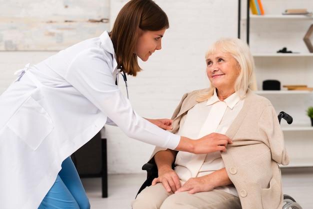 Enfermeira, gastando, tempo, com, mulher velha