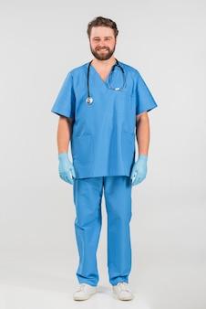 Enfermeira homem de pé e sorrindo
