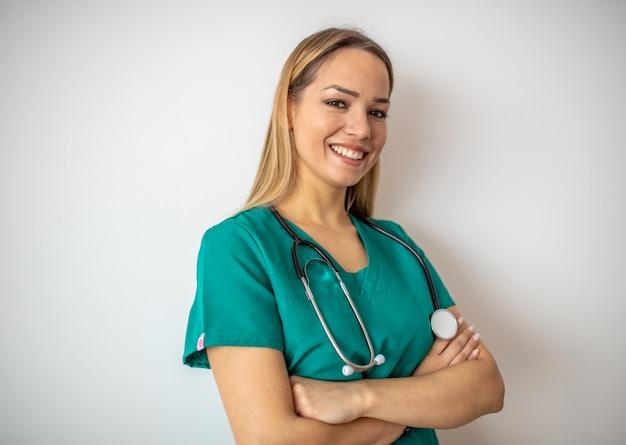 Enfermeira, jovem mulher bonita em roupas verdes