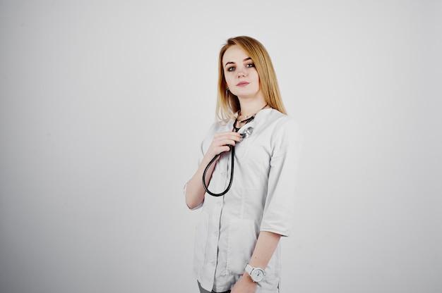 Enfermeira loira médico com estetoscópio isolado no fundo branco.