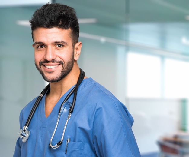 Enfermeira masculina sorrindo