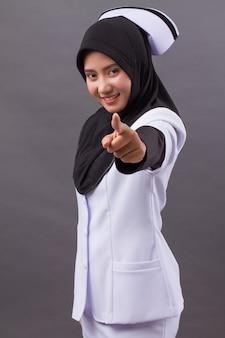 Enfermeira muçulmana apontando para você