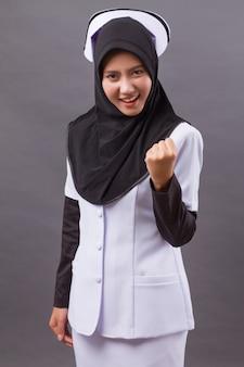 Enfermeira muçulmana forte e bem-sucedida confiante feliz