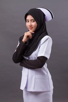 Enfermeira muçulmana inteligente e confiante pensando, planejando