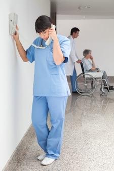 Enfermeira no telefone
