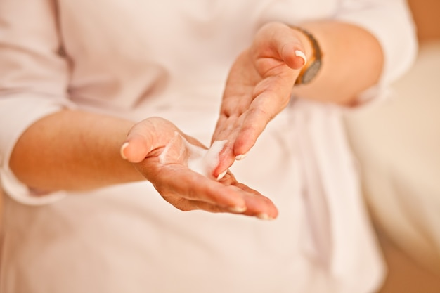 Enfermeira ou médico lavando as mãos antes do procedimento