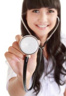 Enfermeira ou médico segurando o estetoscópio