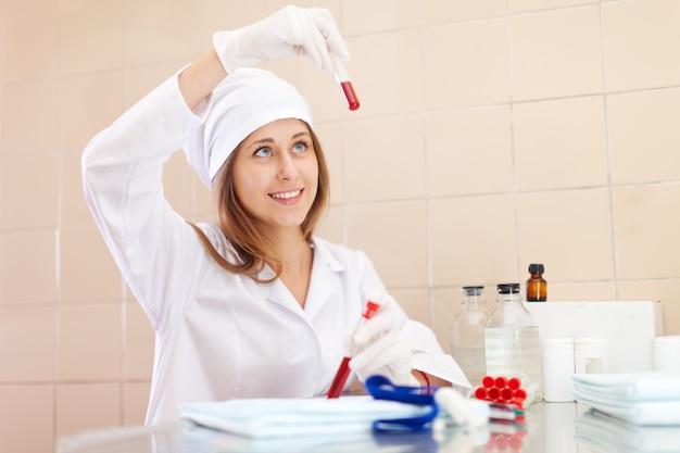 Enfermeira positiva em laboratório