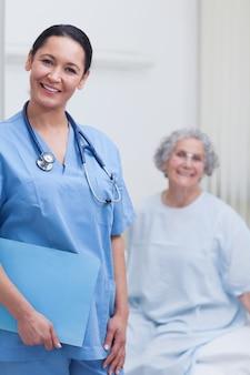 Enfermeira sorridente segurando uma pasta