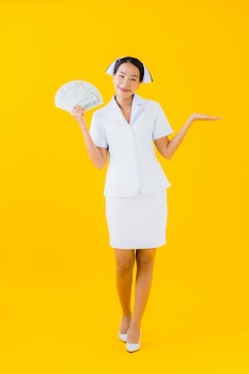 Enfermeira tailandesa de retrato bela jovem mulher asiática com muito dinheiro e dinheiro