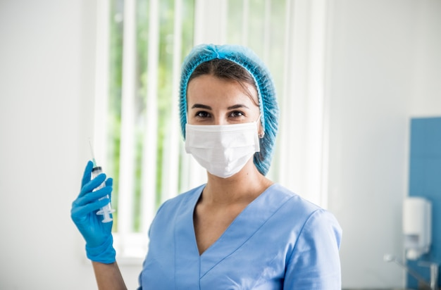Enfermeira tirando amostra de sangue. equipamento médico.