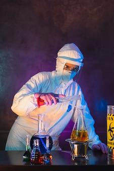 Enfermeira, vestindo traje de proteção, óculos de proteção e máscara antiviral kn95 para covid19