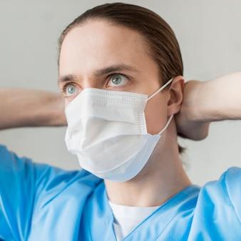 Enfermeira vista frontal com máscara médica