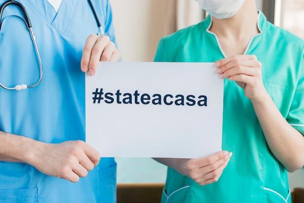 Enfermeiras com close-up de mensagem em casa