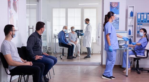 Enfermeiras com máscaras de proteção e viseira analisando a radiografia do paciente