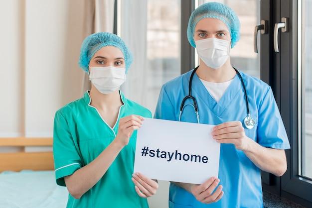 Enfermeiras com mensagem de ficar em casa