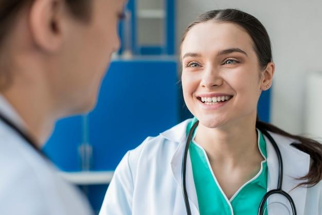 Enfermeiras de alto ângulo falando
