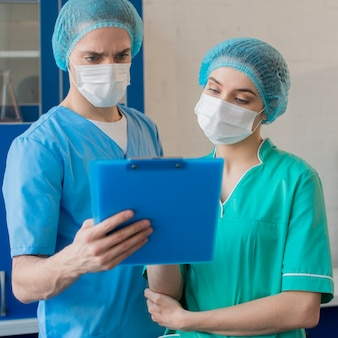 Enfermeiras de alto ângulo trabalhando