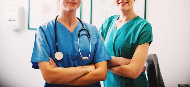 Enfermeiras posando com os braços cruzados.