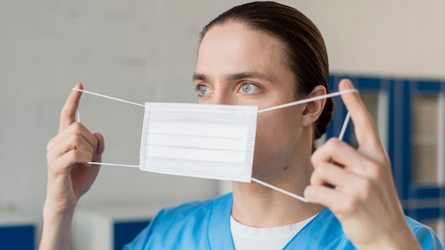Enfermeiro colocando máscara médica