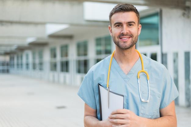 Enfermeiro com estetoscópio