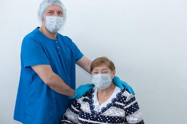 Enfermeiro com um paciente idoso na enfermaria