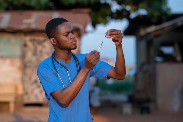 Enfermeiro de ajuda humanitária na áfrica se preparando para o trabalho