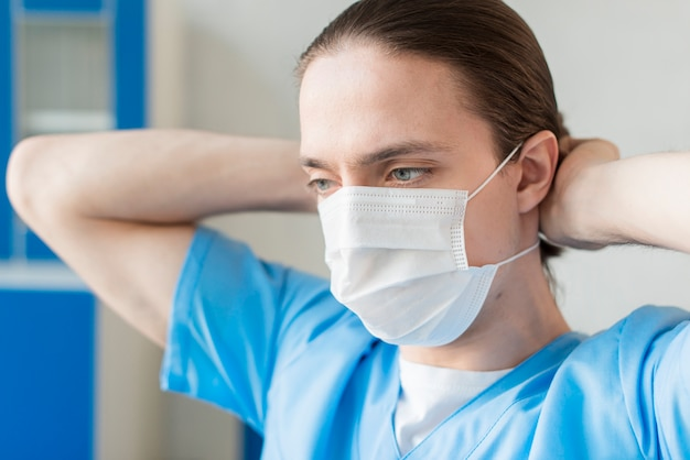 Enfermeiro de alto ângulo com máscara médica